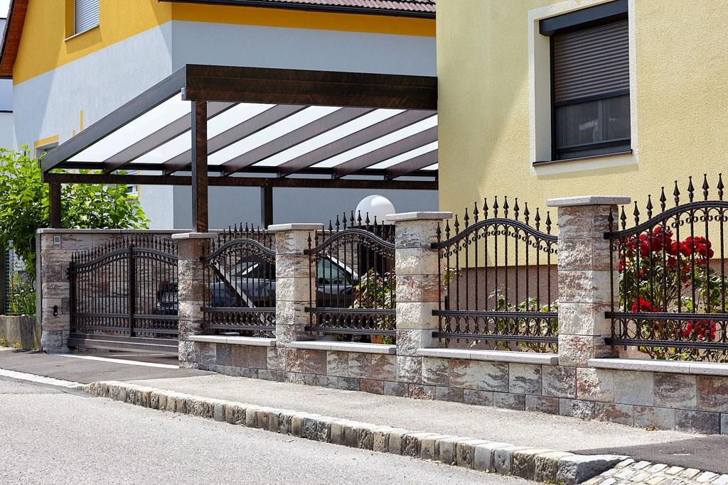 CP 2555   Schmiedealu Zaun, Schiebetor & Carport mit Glas, schwarz-kupfer schraffiert   Svoboda
