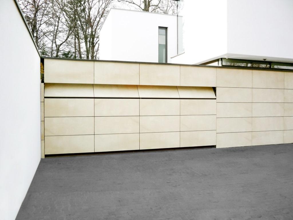 Customshop 01 | Verstecktes Garagentor in Fassade in Beige, Deckensektional | Svoboda Metalltechnik