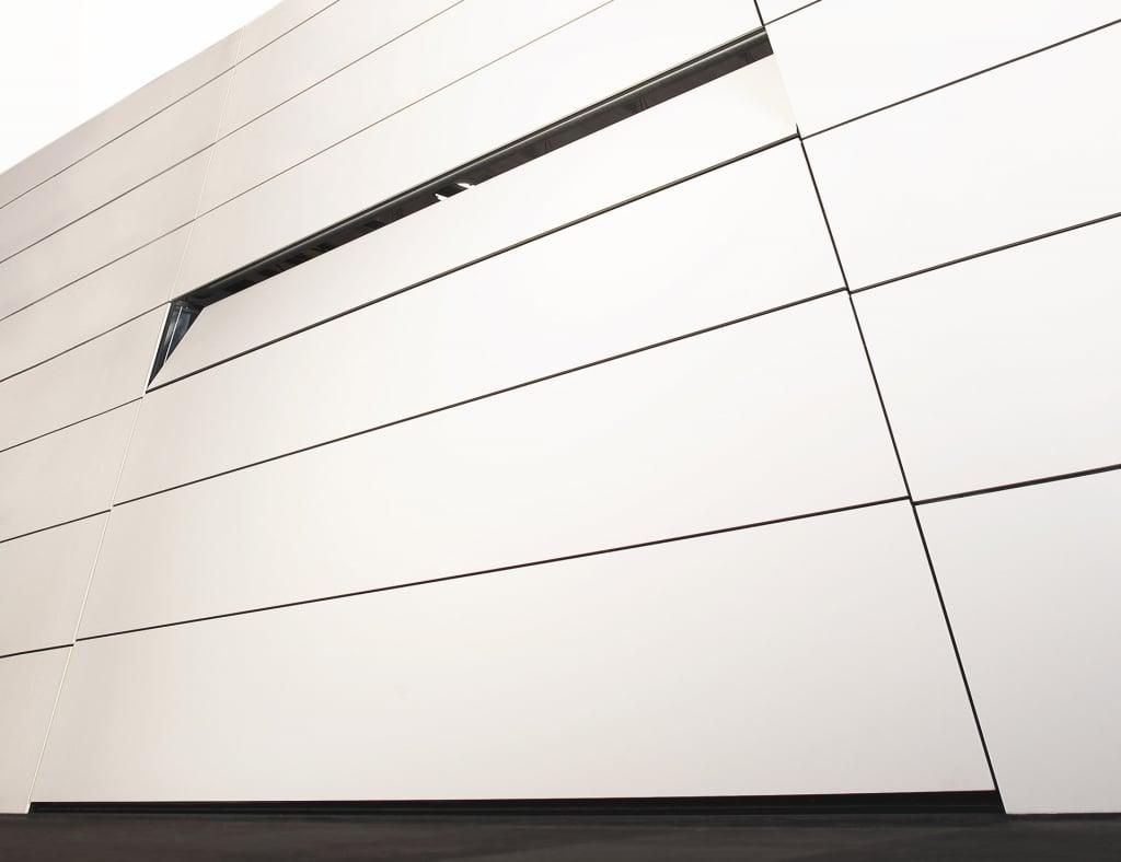 Customshop 02 | in Fassade verstecktes Garagentor weiß, Deckensektional | Svoboda Metalltechnik