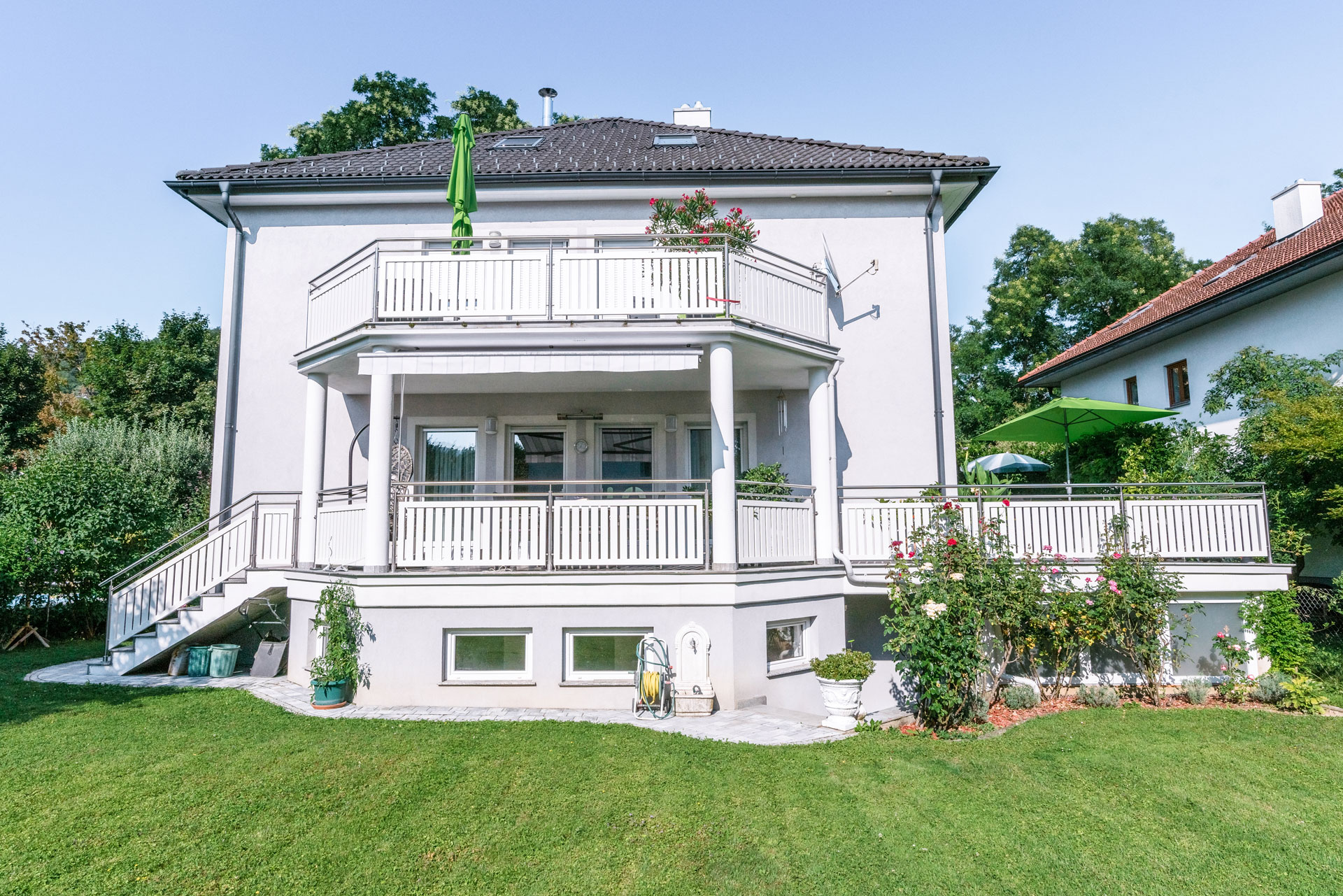 EA Baden 01 c | Geländer bei Balkon, Terrasse und Stiege aus Niro-Stehern, Niro-Handlauf und weisser Alu-Lattung | Svoboda Metalltechnik