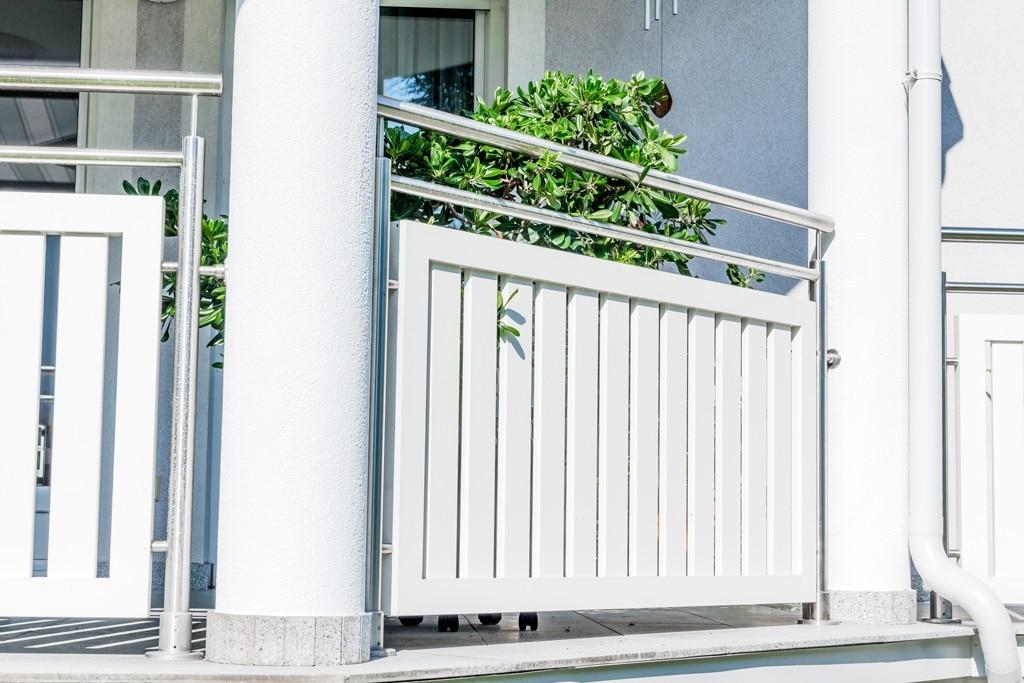 EA Baden 01 f | Geländerfeld aus weissen Alu-Latten mit Edelstahlrahmen bei Mauer-Säulen | Svoboda Metalltechnik