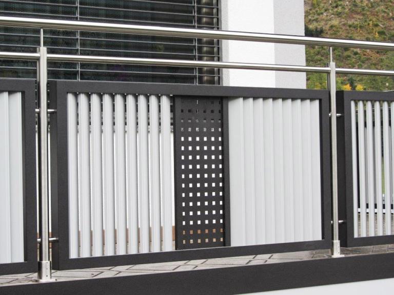 EA Korneuburg 01 a | Balkon aus Alu und Niro, vertikale Schräglattung hellgrau und schwarzes Lochblech | Svoboda Metalltechnik