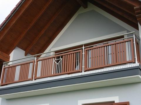 EA Krems 01 a | Balkon aus Edelstahl und Aluminium - Dekor, Handlauf und Steher Edelstahl - Innenfeld braunes Alu | Svoboda Metalltechnik