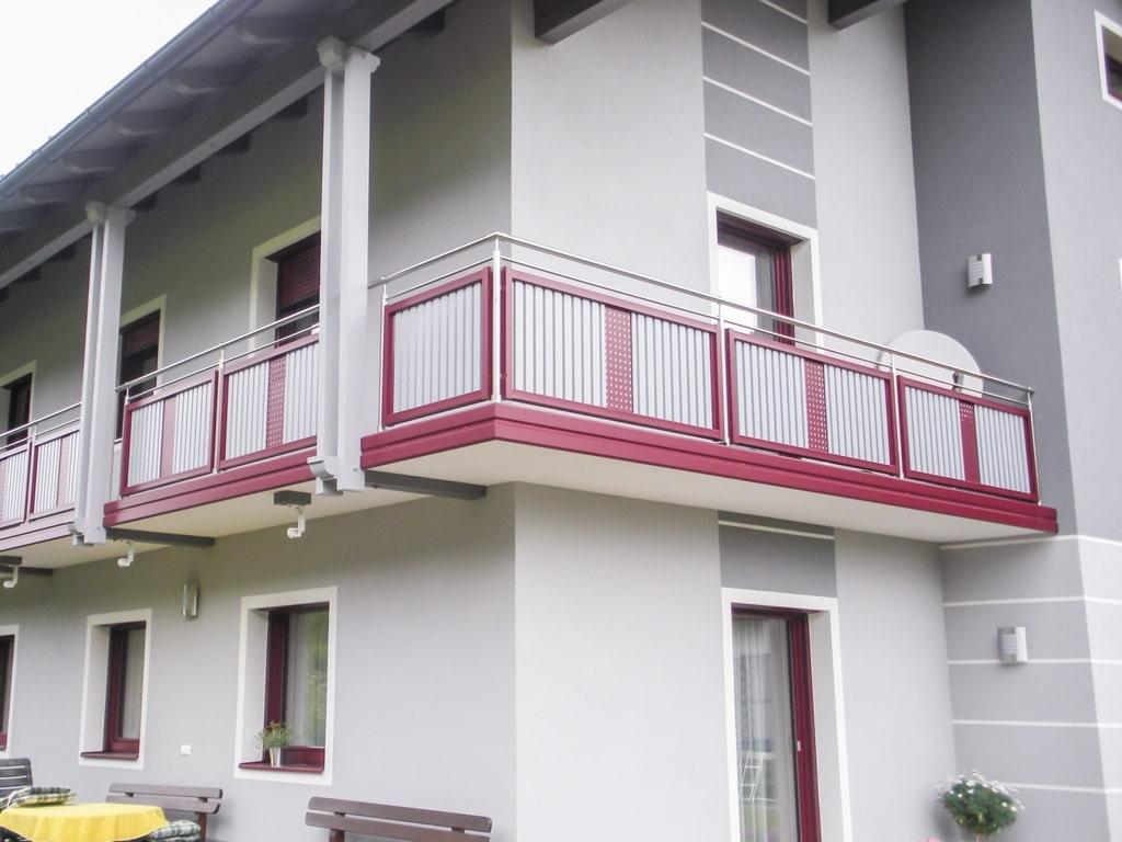 EA Krieglach 04 b | Edelstahl-Alu-Balkon mit vertikalen grauen Latten und rotem Alu-Lochblech-Dekor, rote Stirnblende | Svoboda Metalltechnik