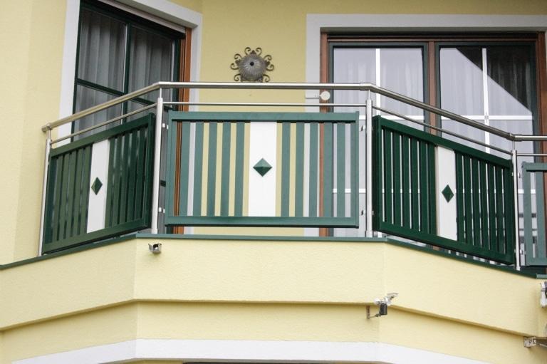 EA Lustenau 01 b | Edelstahl-Aluminium-Balkon-Geländer in grün-weiss mit vertikalen Latten und Knopfdekor | Svoboda Metalltechnik