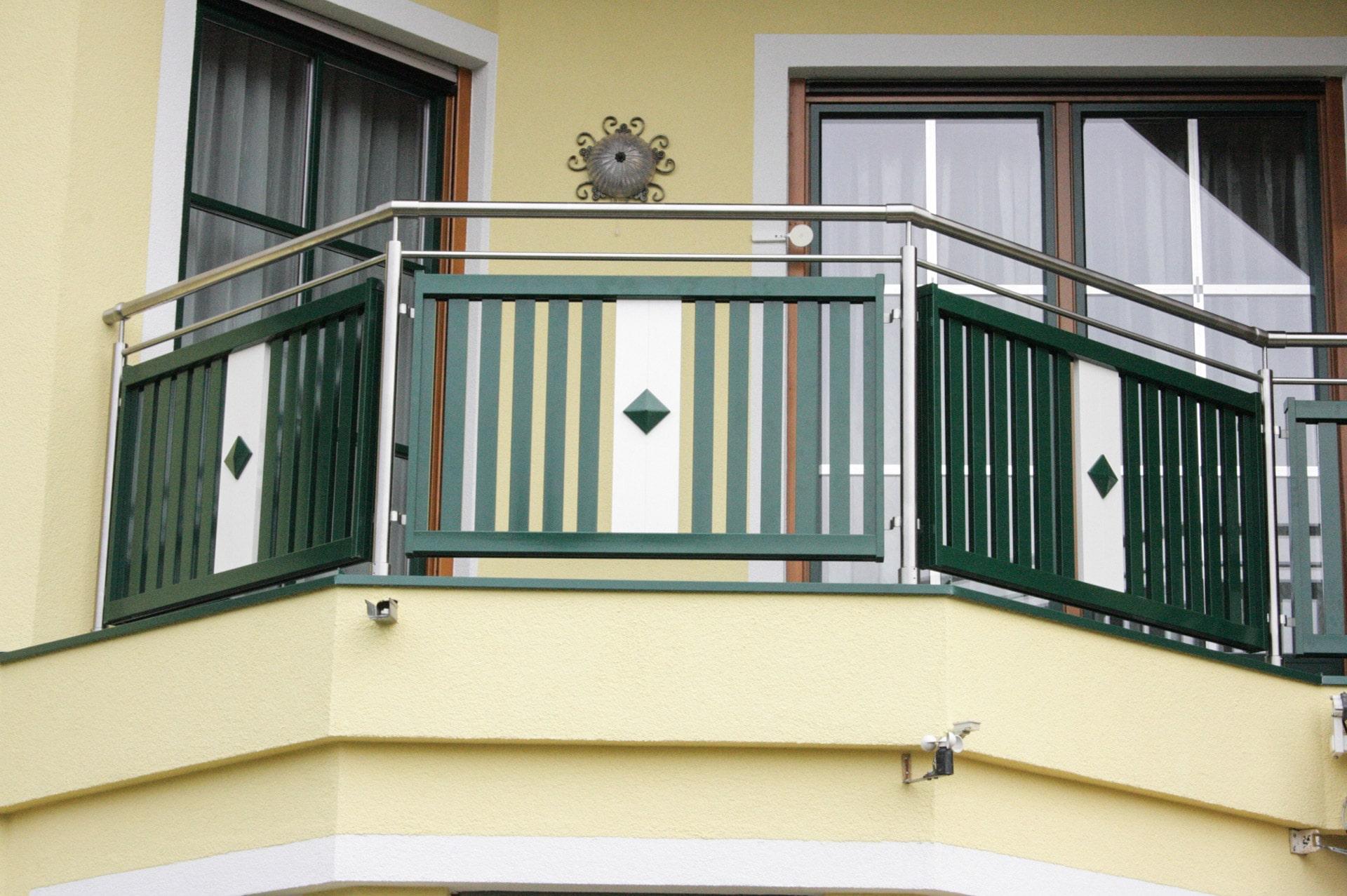 EA Lustenau 01 b   Edelstahl-Aluminium-Balkon-Geländer in grün-weiss mit vertikalen Latten und Knopfdekor   Svoboda Metalltechnik