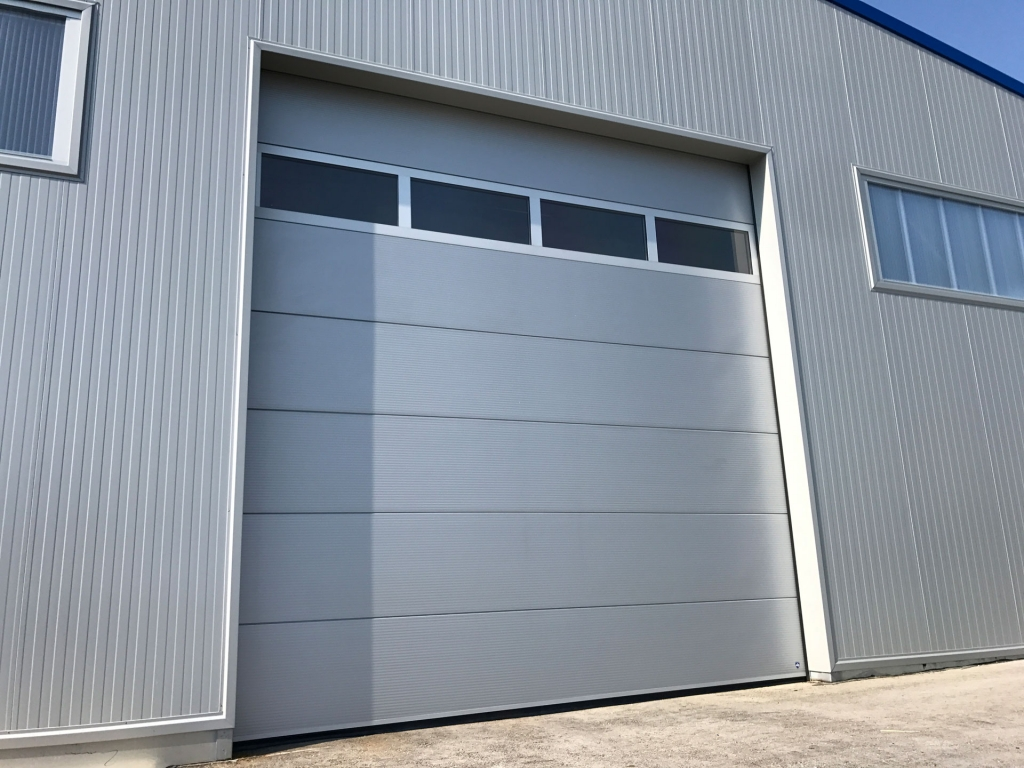 Industrietor Lamellenkonstruktion 02   Metalltor mit Sichtfensern bei Lagerhalle   Svoboda Metalltechnik