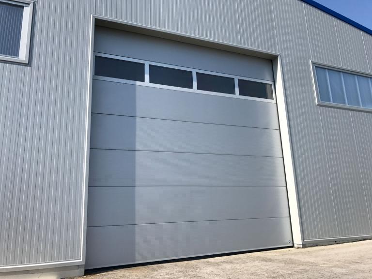Industrietor Lamellenkonstruktion 02 | Metalltor mit Sichtfensern bei Lagerhalle | Svoboda Metalltechnik