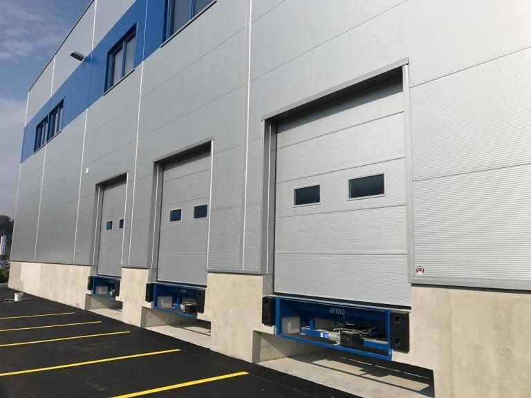 Industrietor Lamellenkonstruktion 03 | Garagentore bei bei LKW-Verladerampe aus Metall mit 2 Fenstern | Svoboda Metalltechnik