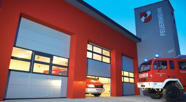Industrietor Lamellenkonstruktion 04 | Garagentor bei Feuerwehrhaus mit Sichtfenstern und Alu-Vollblech grau | Svoboda Metalltechnik