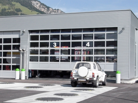 Industrietor Rahmenkonstruktion 03 | Hallentor aus Metallrahmen mit Glas bei Autowerkstatt | Svoboda Metalltechnik