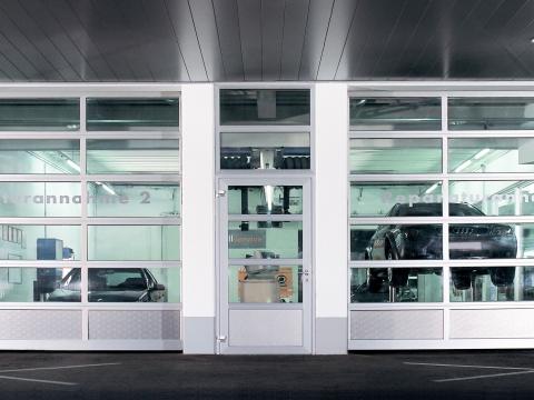 Industrietor Rahmenkonstruktion 05 | silbernes Tor mit Sichtfenstern bei Autowerkstatt | Svoboda Metalltechnik