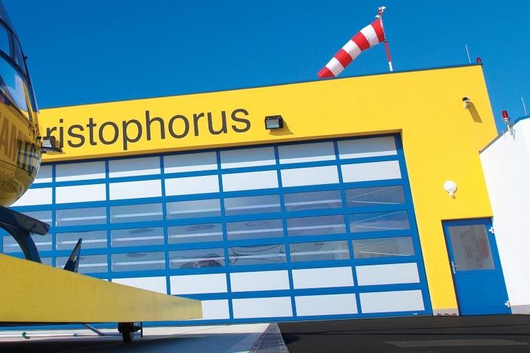Industrietor Rahmenkonstruktion 07 | Blau-Weiss mit Sichtfenstern bei Helikopter-Landeplatz ÖAMTC | Svoboda Metalltechnik