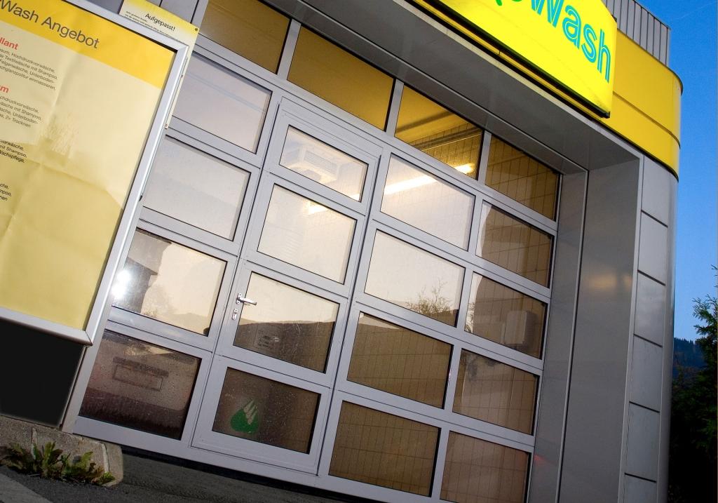 Industrietor Rahmenkonstruktion 08   Tor mit Fenster und Gehtür bei Waschanlage   Svoboda Metalltechnik
