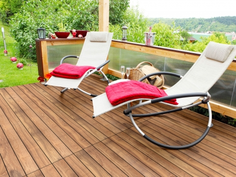 Fano Thermo IPE 95 mm glatt natur | Echtholz Bodenbelag bei Terrasse unter Schaukelstühlen | Svoboda