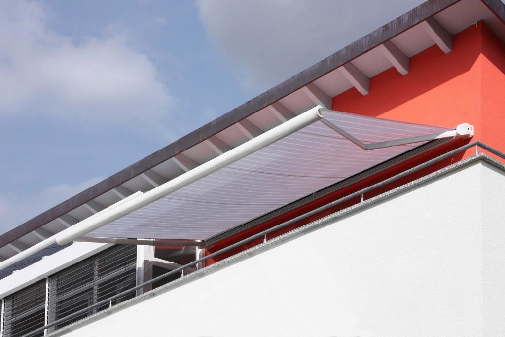 J 02 b   Markise auf Balkon geöffnet mit elektrischem Motor zum Öffenen per Fernbedienung   Svoboda