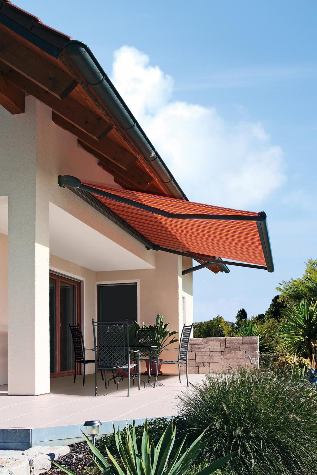 J 03 | Terrassenbeschattung mit Sonnenschutz Markise, Kassette grau, Stoff rot-orange | Svoboda