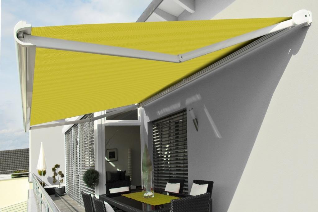 J 05 | weiße Gelenkarmmarkise bei Balkon Sitzecke, Montage auf Mauer, Stoff limetten grün | Svoboda