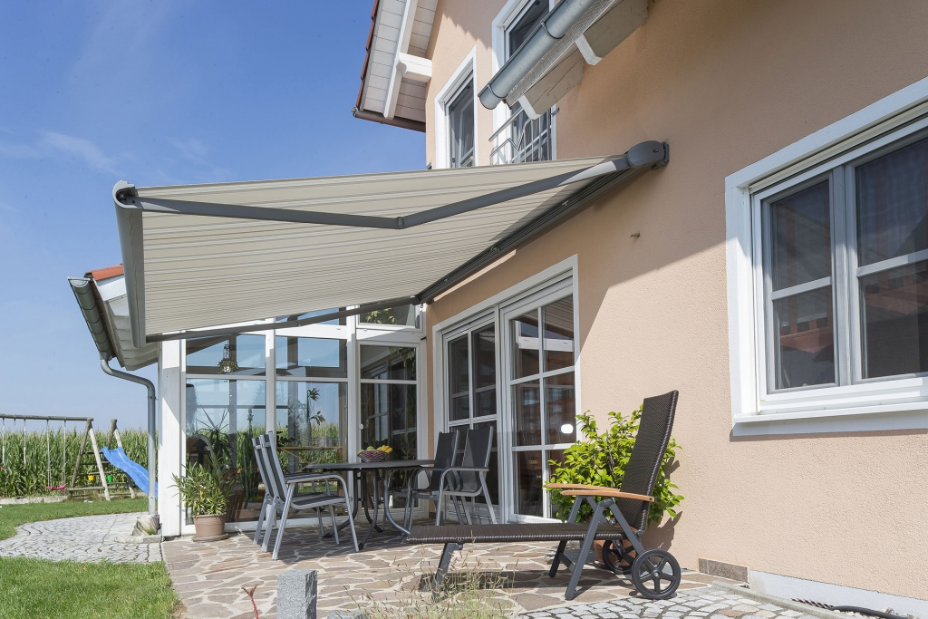 J 06 | offene Kassettenmarkise als Terrassenbeschattung auf Mauer montiert, Aluminum grau | Svoboda