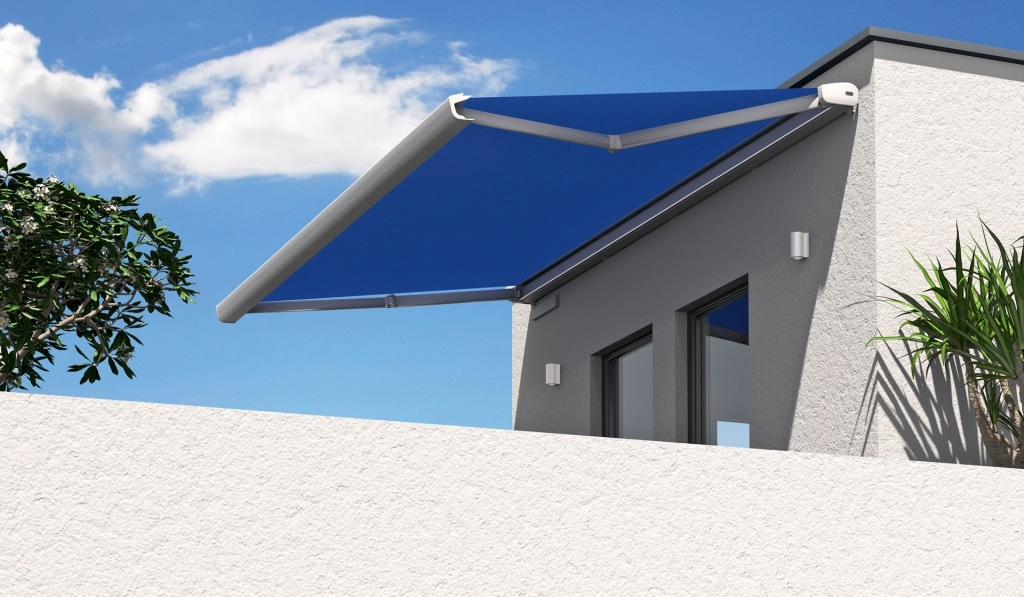 K 03   Sonnenschutzmarkise weiß-blau offen auf Dachterrasse, Gelenkarm, elektrischer Motor   Svoboda