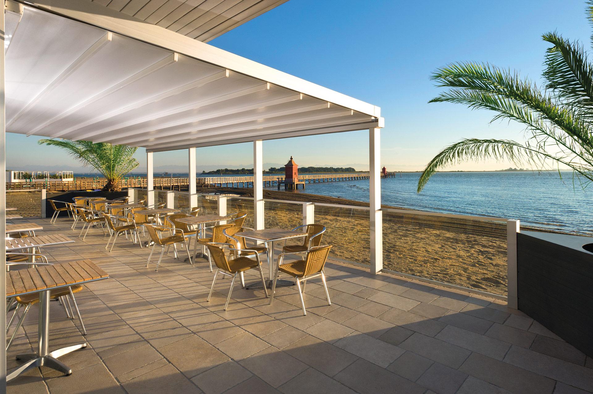 Level 01 a | geschlossene Schiebemarkise, weißes PVC-Tuch, Gastro-Terrasse am Meer | Svoboda
