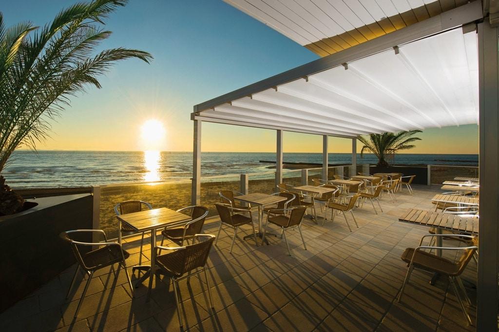 Level 01 b | geschlossene Schiebemarkise, weißes PVC-Tuch, Gastro-Terrasse am Meer | Svoboda