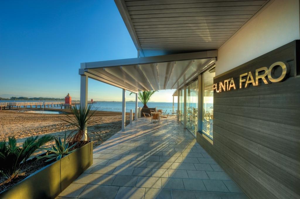 Level 01 d | weiße Pergola mit Sonnenschutz-PVC-Plane bei Gastro-Terrasse | Svoboda Metalltechnik