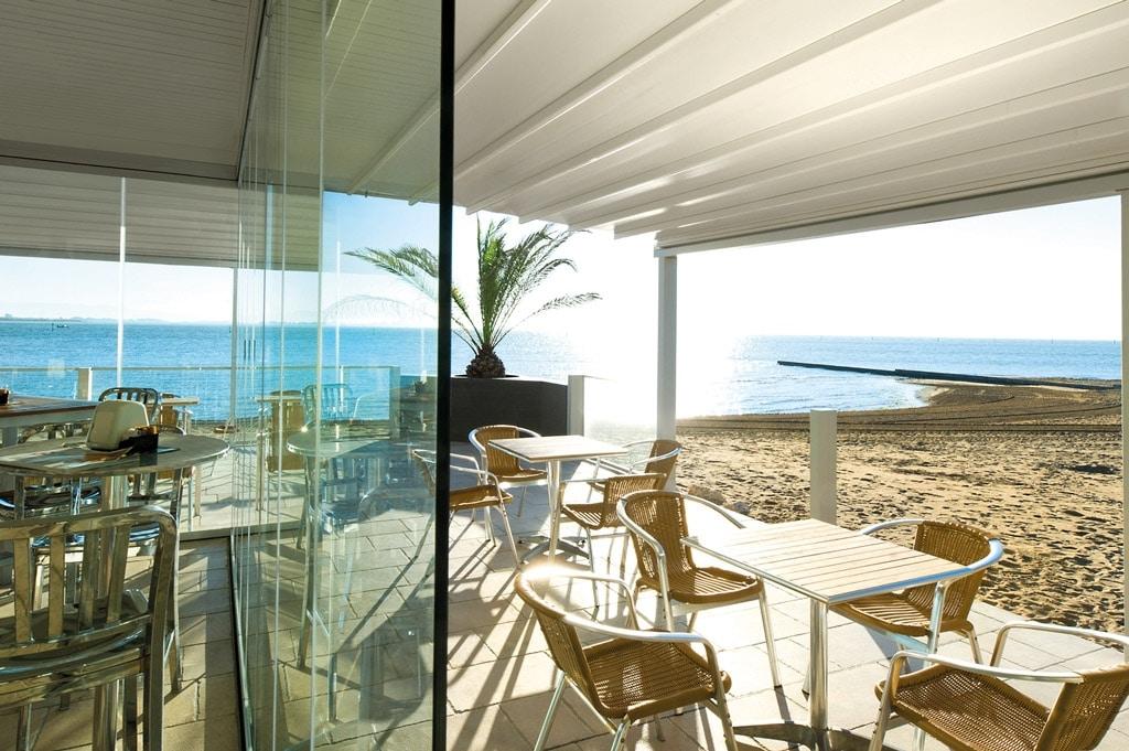 Level 01 e | Sonnenschutzpergola bei Gastgarten am Meer aus weißem Aluminium und PVC-Tuch | Svoboda