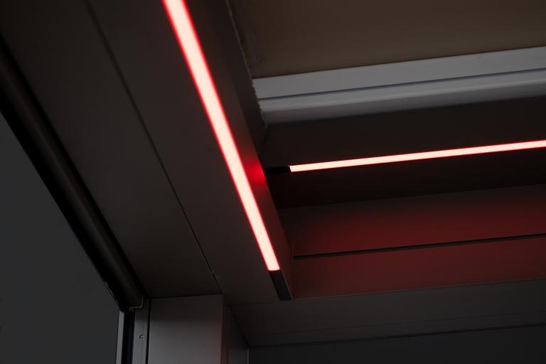 Nomo LED 02 b | Aluminium-Pergola mit umlaufend integrierte LED-Beleuchtungs-Stripes, rot | Svoboda