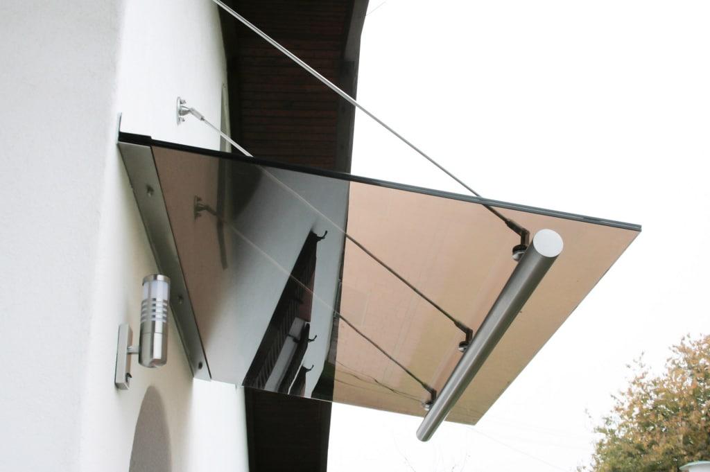 Nurglasvordach 12   aus braunem Klarglas mit Edelstahlhalterung aus Winkel und Seilen   Svoboda