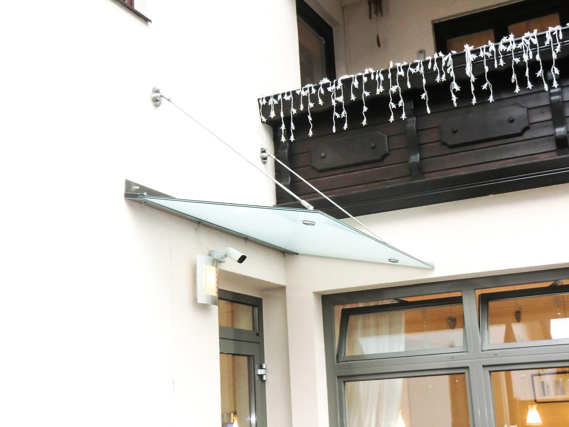 Nurglasvordach 14 | Glasdach bei Haustür aus mattem Glas, Metallwinkel & Wand-Aufhängung | Svoboda