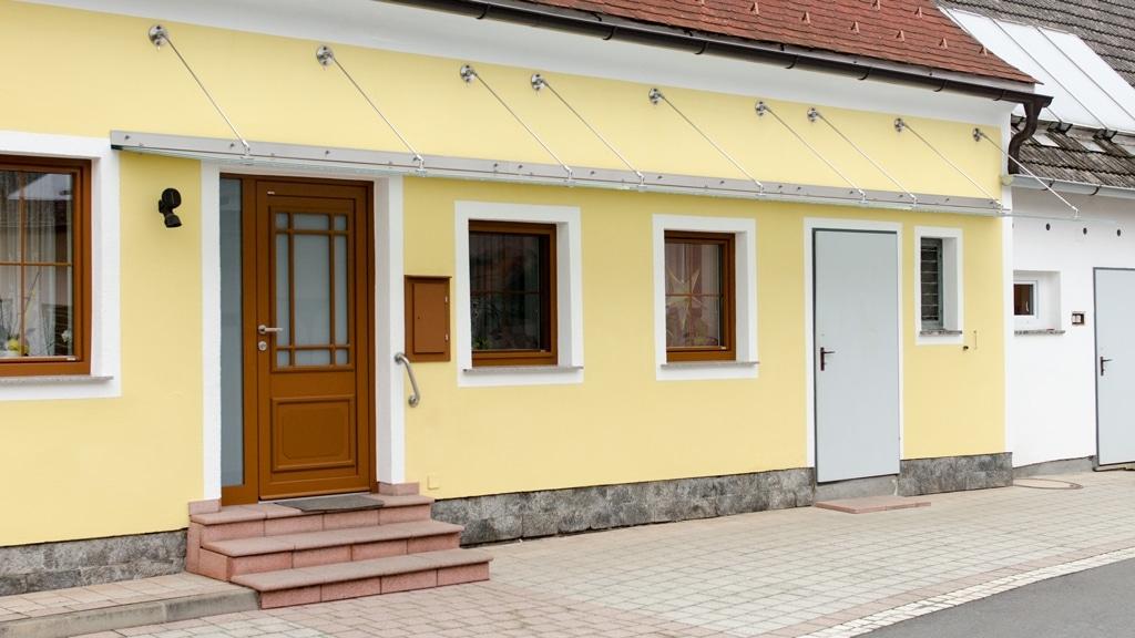 Nurglasvordach 16 b   Glas-Eingangsüberdachung mit Winkel und Stäben an Wand aufgehängt   Svoboda