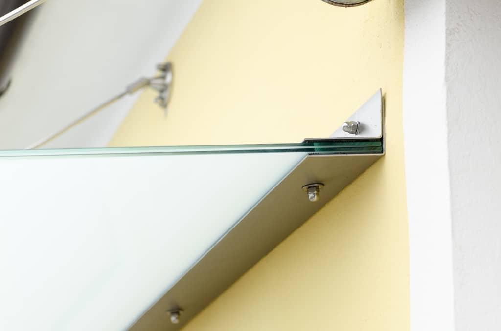 Nurglasvordach 16 d   Detailbild Wandbefestigung von Glasvordach mit Edelstahlwinkel   Svoboda