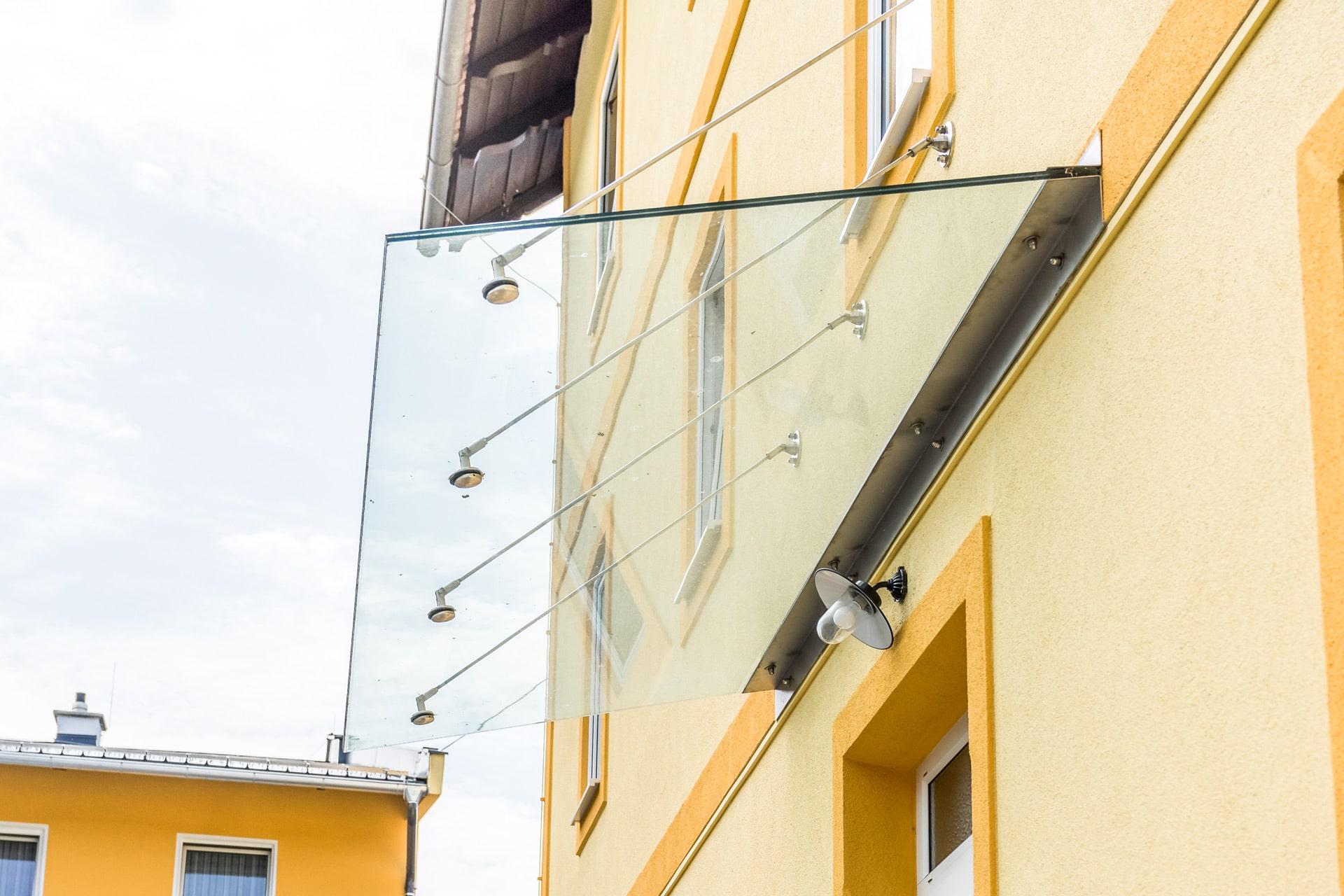 Nurglasvordach 17 | Eingangsdach aus Klarglas mit Edelstahlwinkel und Wand-Aufhängung | Svoboda