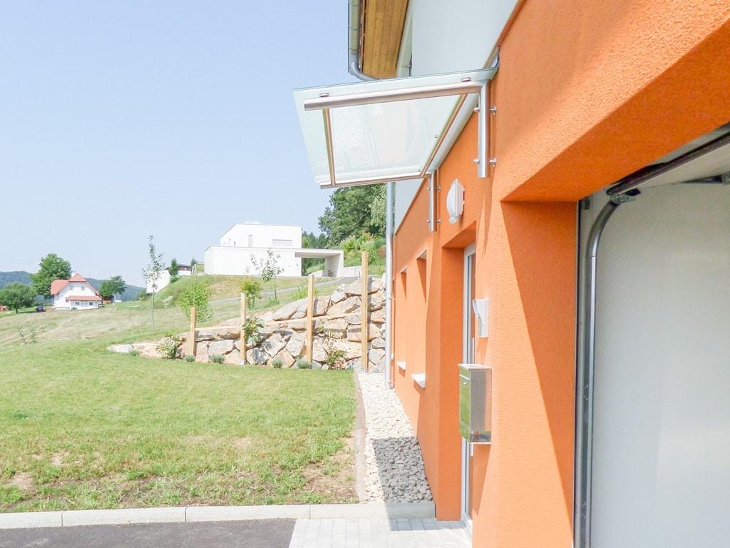 Nurglasvordach 20 b   mit Edelstahlaufhängung & Mattglasscheibe bei Eingang   Svoboda Metalltechnik