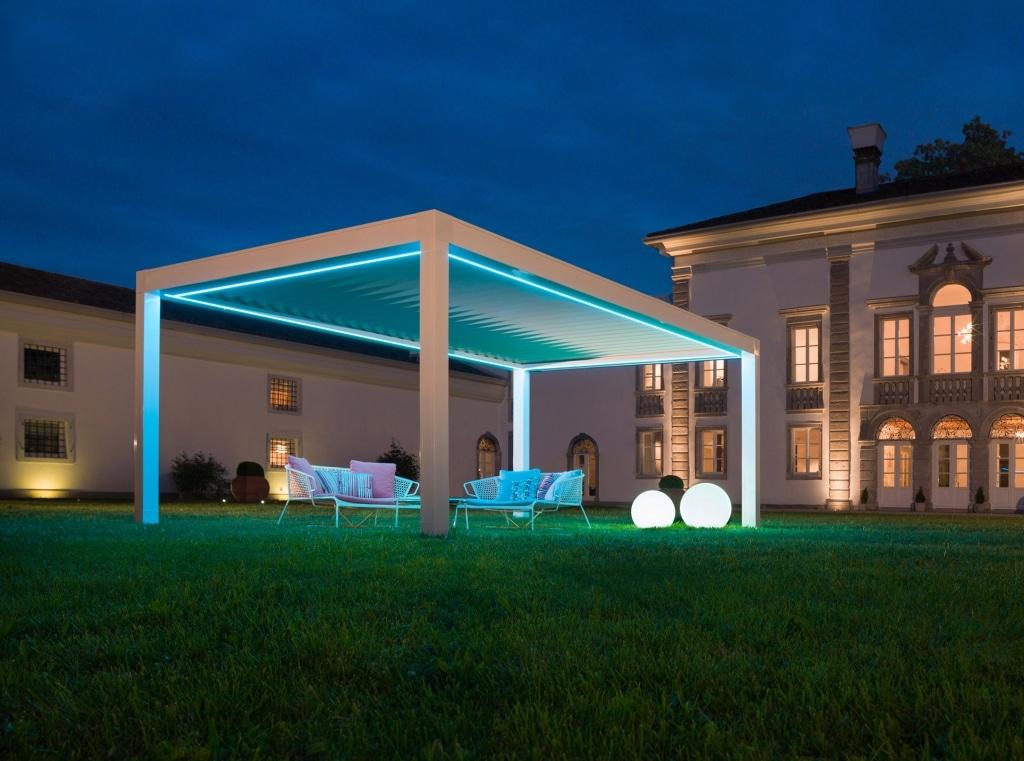 Opera 08 a   weißes, freistehendes Lamellendach auf Wiese mit blauer Lichtleiste umlaufend   Svoboda