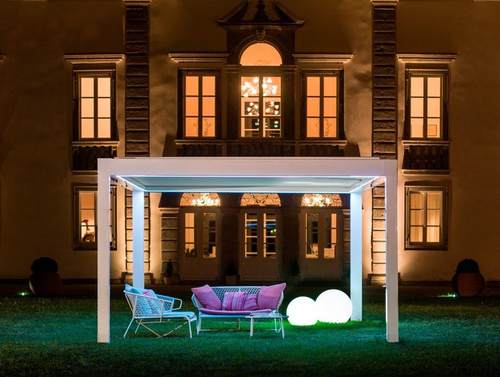 Opera 08 b   weißes Lamellendach mit LED-Beleuchtung mit umlaufender Lichtleiste bei Nacht   Svoboda