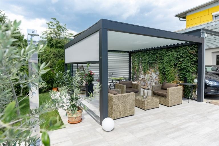 Opera 16 e | Lamellendach-Terrassenüberdachung freistehend weiß-grau mit Vertikal-Markise | Svoboda
