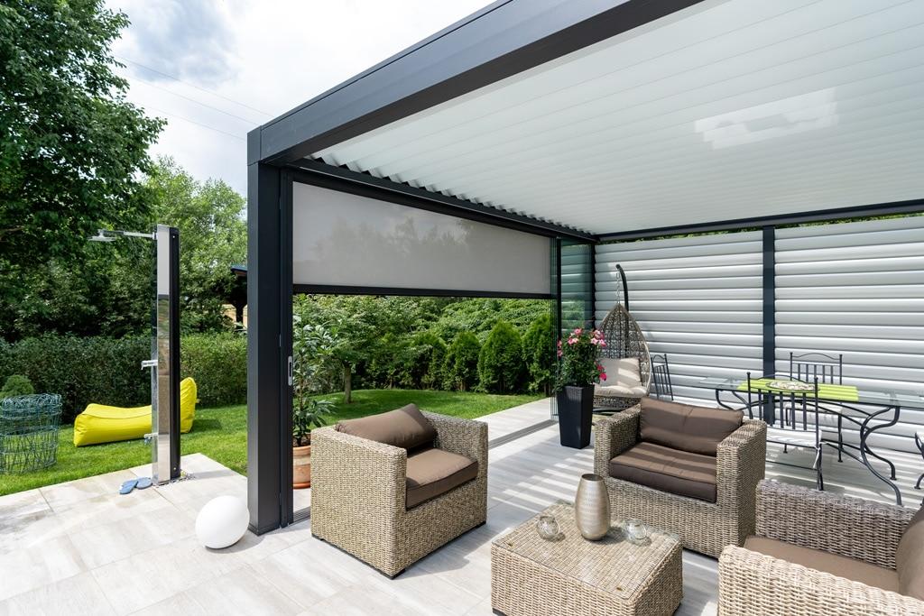 Opera 16 i | Freistehende Pergola bei Terrasse mit Sonnenschutzlamellen aus Aluminium | Svoboda