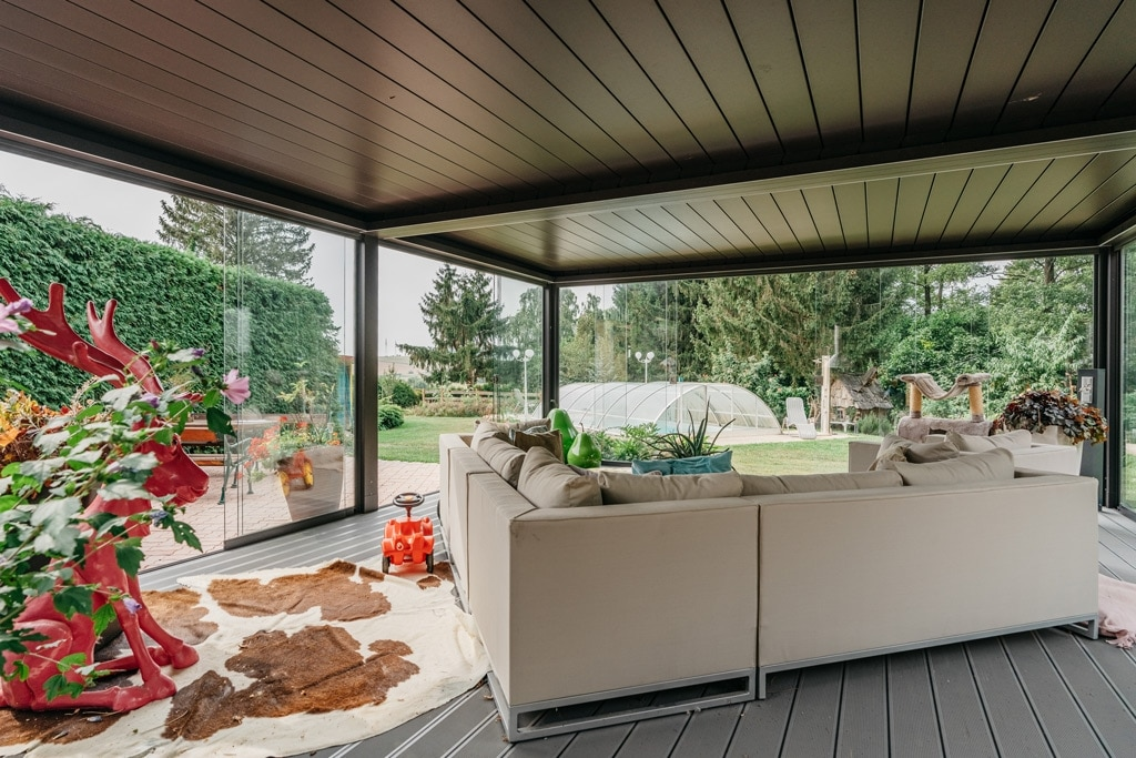 Opera 18 e | freistehendes, bioklimatisches Terrassendach mit Couch, geschlossene Lamellen | Svoboda