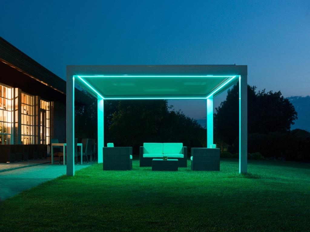 Opera LED 01 c | Terrassenüberdachung mit Lamellen, LED-Beleuchtung bei Nacht blau | Svoboda