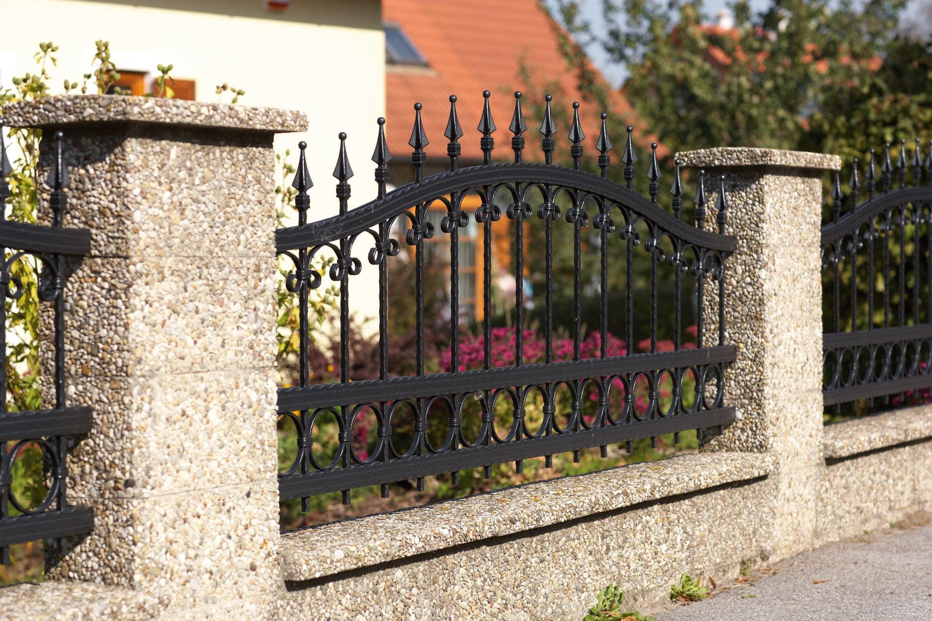 OZ 12964 | Schmiedezaun aus Aluminium bei Mauer, schwarz, Bogenobergurt, Spitzenstäbe | Svoboda