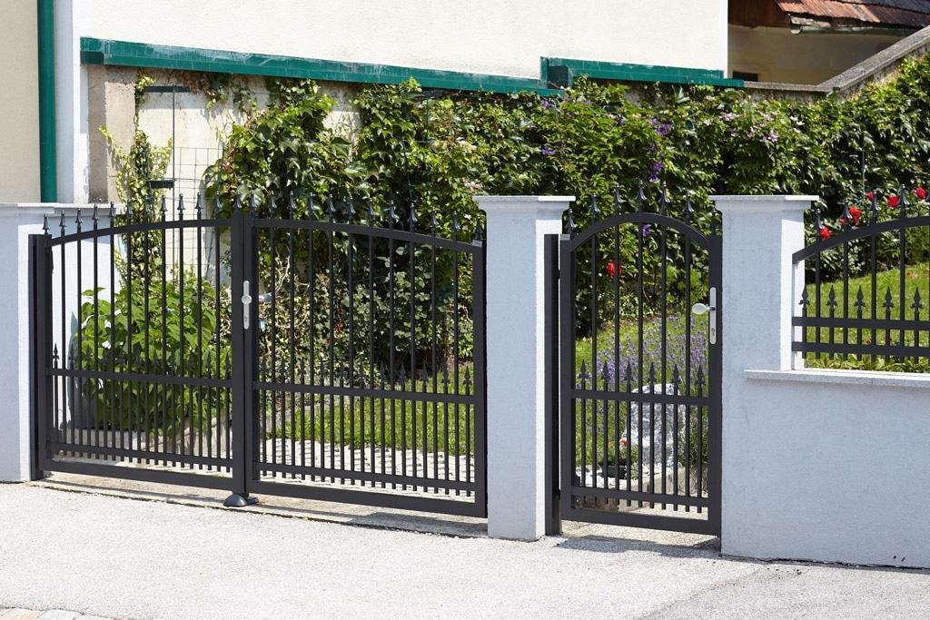 OZ 14141 | Schmiede-Aluminium Doppelflügeltor und Gehtür schwarz bei Gartenmauer | Svoboda