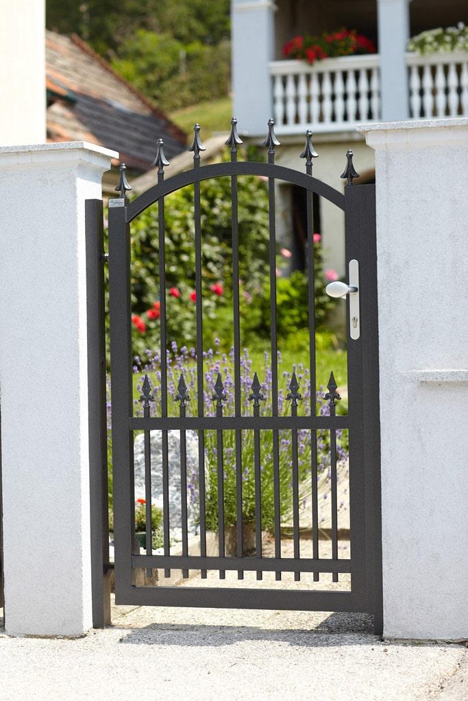 OZ 14145 | Schmiedeeisen-Optik Alu-Gartentür schwarz, Bogenform mit Ornamentspitzen | Svoboda