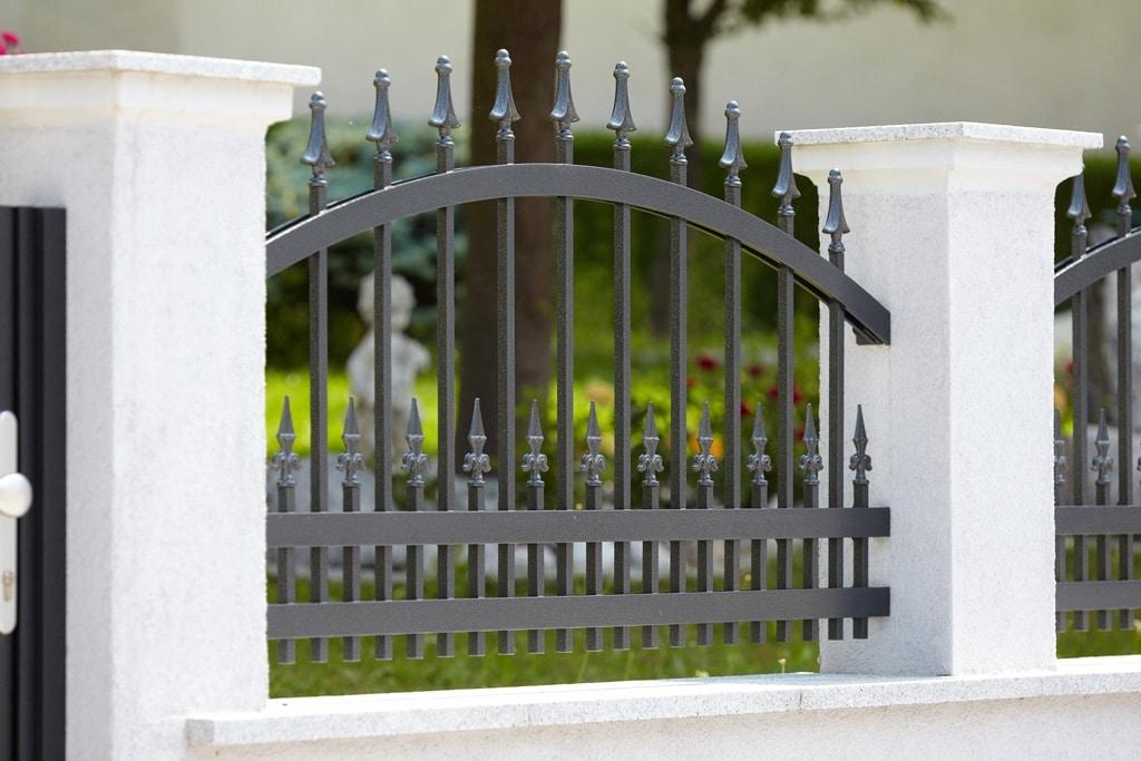OZ 14148 | Schmiedeoptik Aluminium Zaun schwarz mit Spitzenstäben bei weißer Gartenmauer | Svoboda