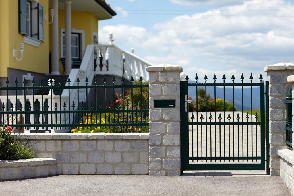 OZ 14582 | moosgrüner Aluminium-Schmiede-Zaun mit Gartentürl bei hellgrauer Steinmauer | Svoboda