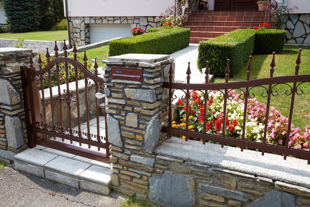 OZ 17689 | Schmiedealuminium-Zaun und Gartentürl, braun beschichtet, bei Gartenmauer | Svoboda