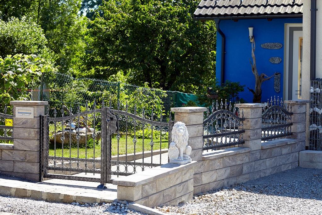 OZ 18908 | Zaun und Flügeltor Schmiede Optik aus Aluminium bei Gartenmauer, grau-silber | Svoboda