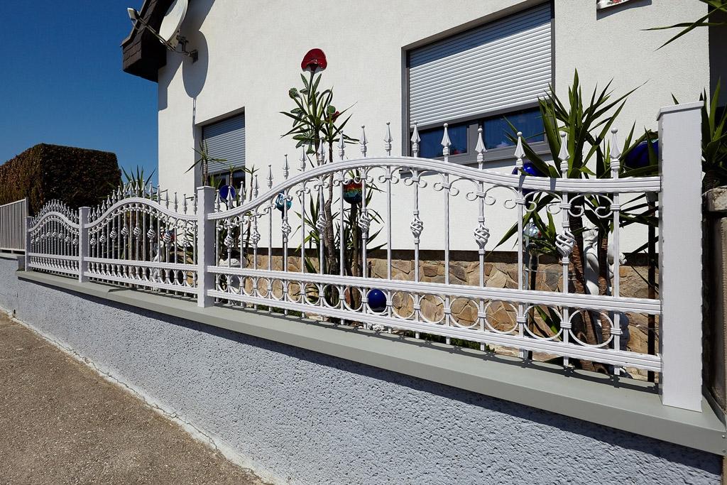 OZ 19554   Schmiede-Zaun aus Aluminium weiß mit Ornamente, auf Mauer   Svoboda