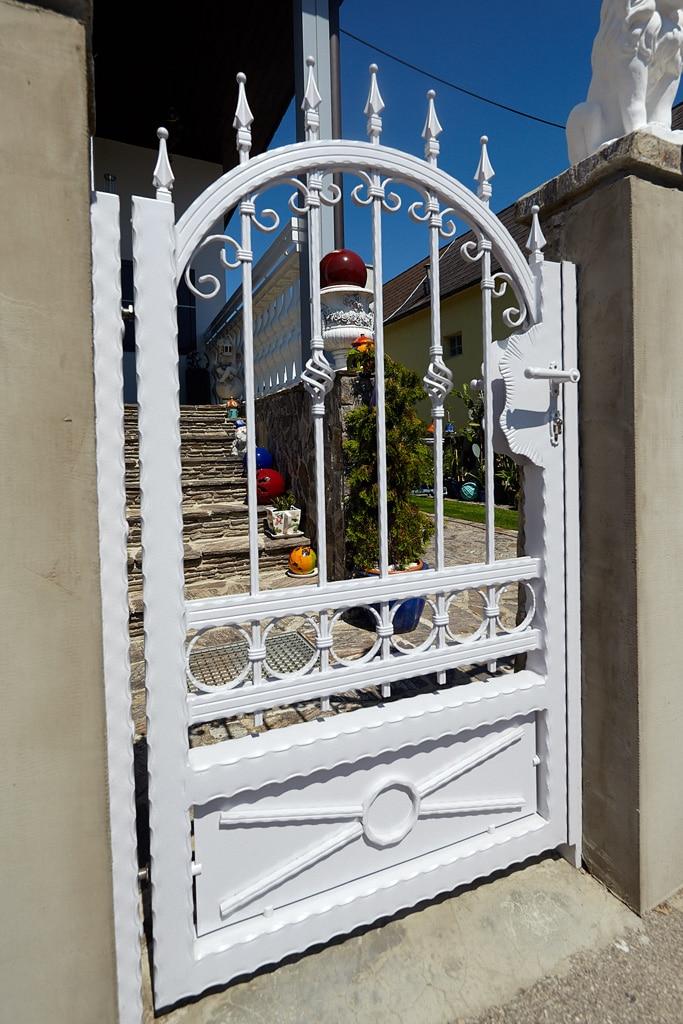 OZ 19555   Schmiede-Kunst-Zauntor aus Aluminium weiß mit Ornamenten, zwischen Mauerstehern   Svoboda